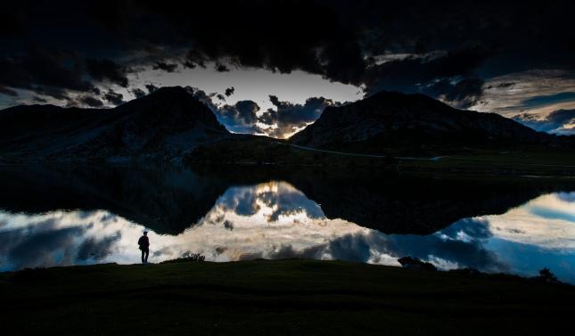 Lagos de Covadonga y Picos de Europa en una noche de luna llena