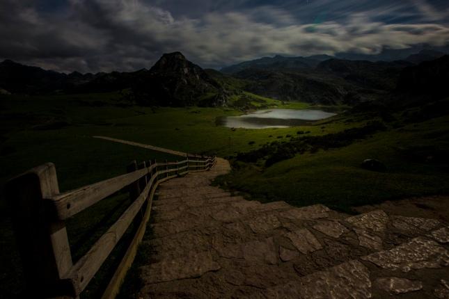 Lagos de Covadonga y Picos de Europa al atardecer